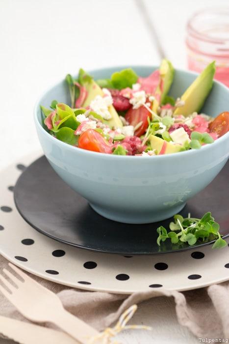 Sommer-Salat Rezept Salat mit Himbeeren Feta Avocado Vinaigrette