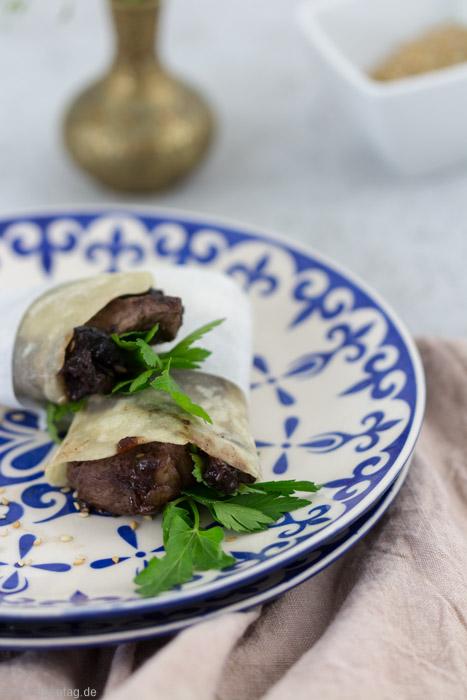Vorspeise: Mini-Burritos mit Rindfleisch, Pflaumen und Sesam #idee #vorspeise #burrito