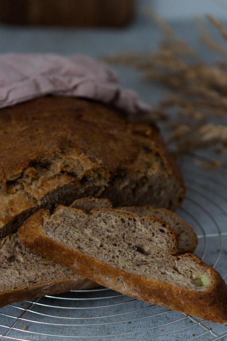 Kartoffelbrot mit Nüssen und Kräutern. Einfaches Rezept für Brot selber backen.