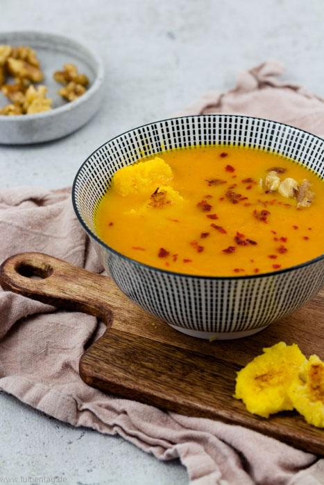 Karottensuppe. Vegetarische Suppe mit kandierten Walnüssen und gerösteter Polenta.