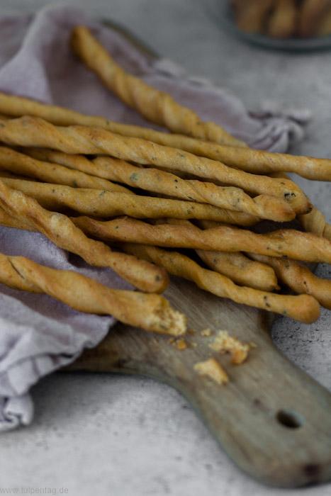 Grissini selber machen. Rezept mit Parmesan, Kräutern und Gewürzen. Snack für Party oder Brunch.