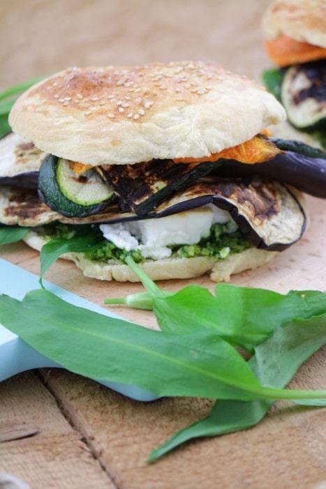 vegetarischer burger mit b rlauchpesto feta und gegrilltem gem se tulpentag foodblog. Black Bedroom Furniture Sets. Home Design Ideas