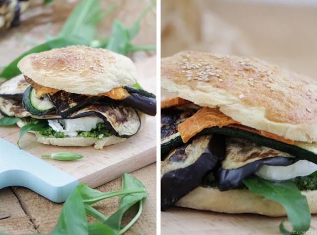 vegetarischer burger mit b rlauchpesto feta und gegrilltem gem se tulpentag der blog. Black Bedroom Furniture Sets. Home Design Ideas