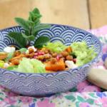 Süßkartoffelsalat mit gerösteten Kichererbsen, Granatapfelkernen und Avocado-Dressing