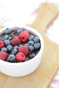 Baked Quinoa mit Schokolade und Beeren