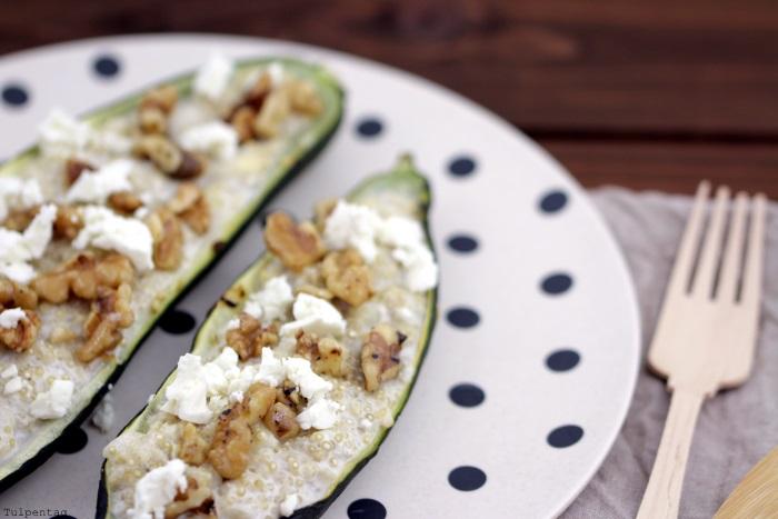 Gefüllte Zucchini mit Quinoa, karamellisierten Walnüssen und Feta
