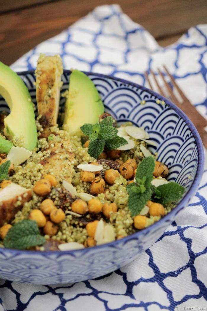 Quinoasalat mit Kichererbsen, Hähnchen, Avocado und Feigen. Dazu ein Dressing mit Kürbiskernöl. #salat #sommer #sättigend #hähnchen #quinoa