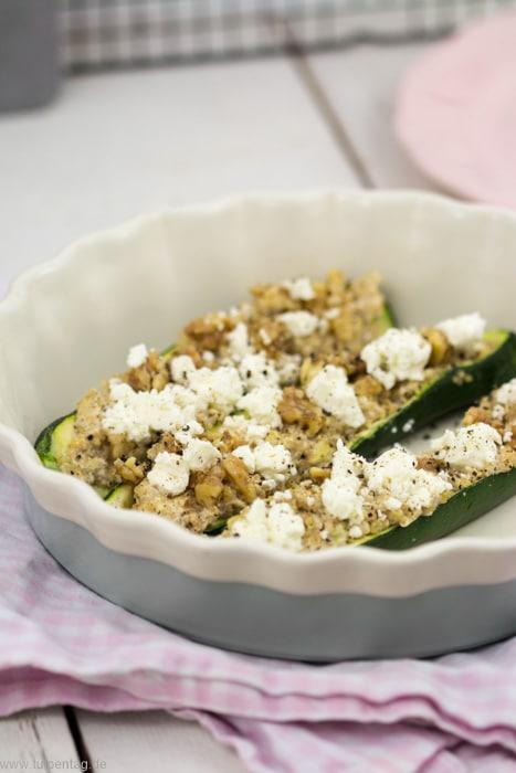 Gefüllte Zucchini mit Quinoa, karamellisierten Walnüssen und Feta #vegetarisch #rezept #schnell #gesund