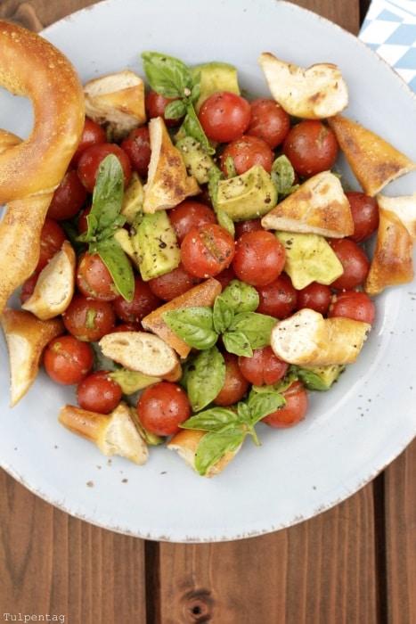 brezel-salat-mit-tomate-avocado brezelsalat rezept
