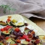 Flammkuchen-Pizza mit ofengeröstetem Gemüse