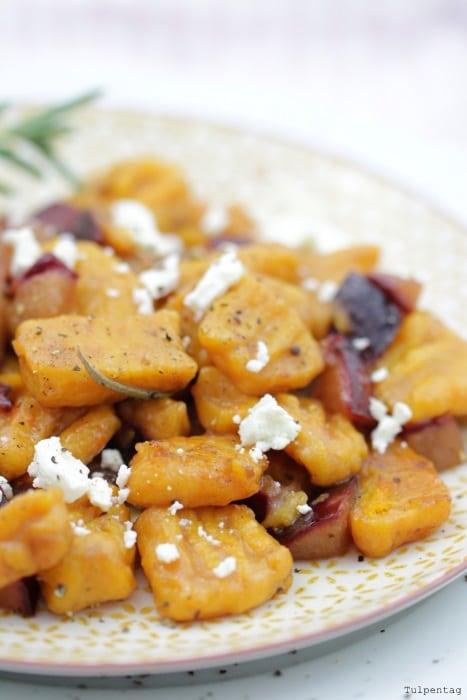 Kürbis Gnocchi mit Zwetschgen Pflaumen und Feta selber machen Herbst Rezept