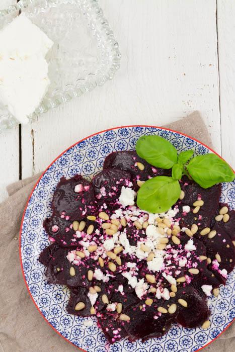 Rote Bete Carpaccio mit Feta und Pinienkernen. Ein Rezept für eine vegetarische Vorspeise oder als Salat. Einfach und schnell.