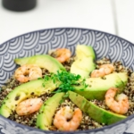 Quinoa-Bowl-Shrimps-Avocado-Kürbiskerndressing