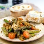 Rote-Linsen-Spargel-Salat mit Ziegenkäse-Crostini