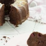 Schokoladen-Gugelhupf mit Himbeeren