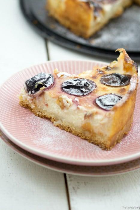 Pudding-Schmand-Kuchen mit Zwetschgen