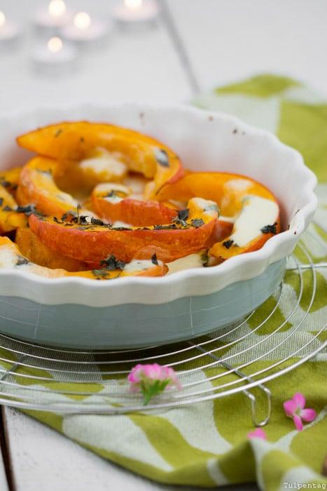 Kürbis Hokaido Rezept Herbst vegetarisch überbacken Ofen Mozzarella Minze einfach