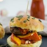 Kürbis-Burger mit Hackfleisch und Ziegenkäse