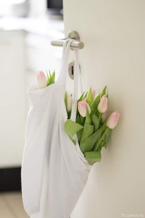 rosa Tulpen in Tasche an Tür