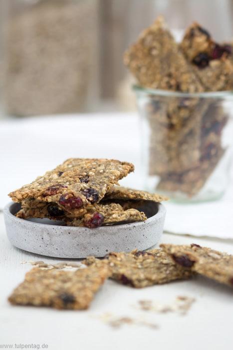 Gesunde Cracker mit Samen, Kernen und Trockenfrüchten. Schneller Snack für zwischendurch.