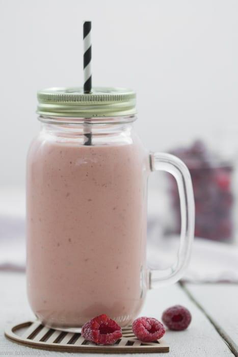 Smoothie aus Naturjoghurt Mango, Himbeeren und Banane. Rezept für Joghurtdrink. Schnell und einfach.