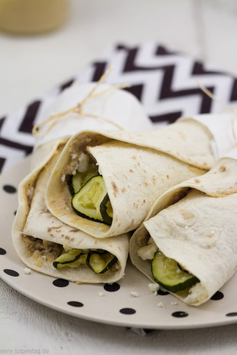 vegetarische wraps mit hummus zucchini und feta. Black Bedroom Furniture Sets. Home Design Ideas