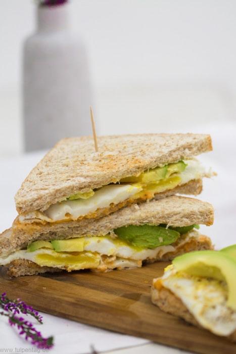 Sandwich mit Mayonnaise, Spiegelei und Avocado. #sandwich #schnell #einfach #ei #avocado #mayonnaise #snack #arbeit #büro