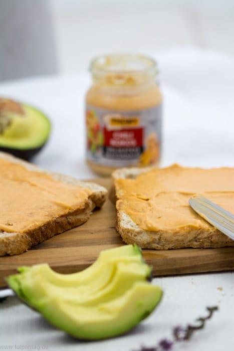 Sandwich mit Mayonnaise, Spiegelei und Avocado. #sandwich #schnell #einfach #ei #avocado #mayonnaise #snack #arbeit #büro Thomy Chili Kokos Mayonnaise