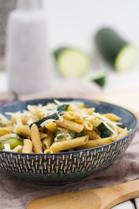 Schnelle Zucchini-Parmesan-Pasta #schnell #einfach #rezept #vegetarisch #pasta #nudeln #pfanne #30minuten