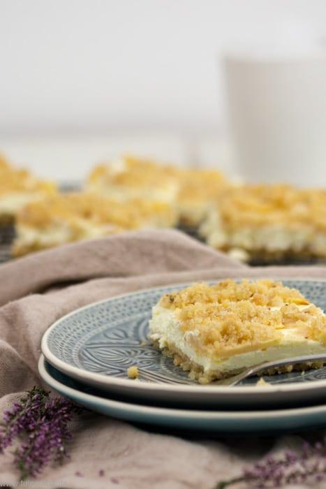 Streuselkuchen mit Äpfeln und Quark vom Blech #Blechkuchen #Streuselkuchen #Äpfel #Streusel #Quark #einfach #backen #Rezept