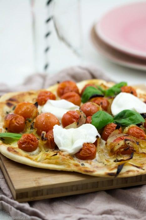 Flammkuchen mit karamellisierten Zwiebeln, gerösteten Tomaten und Mozzarella #Rezept #schnell #einfach #schnelleküche #Flammkuchen #vegetarisch