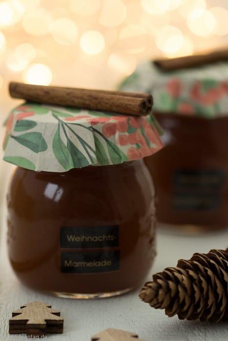 Weihnachtsmarmelade. Geschenk aus der Küche. Gelée mit Pflaumensaft, Orangensaft, Nelken und Zimt. #marmelade #rezept #weihnachten #gelee