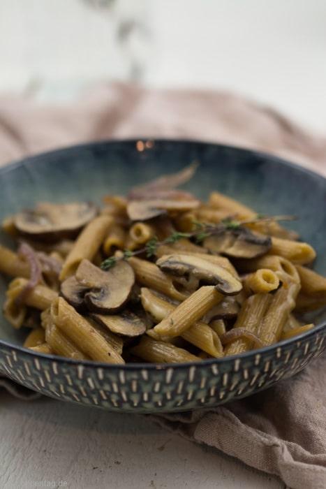 One-Pot-Pasta mit Pilzen, karamellisierten Zwiebeln und Bergkäse #champignons #vegetarisch #schnell #einfach #onepot #feierabendküche