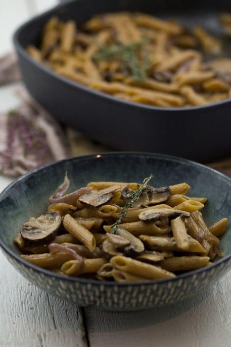 One-Pot-Pasta mit Pilzen, karamellisierten Zwiebeln und Bergkäse