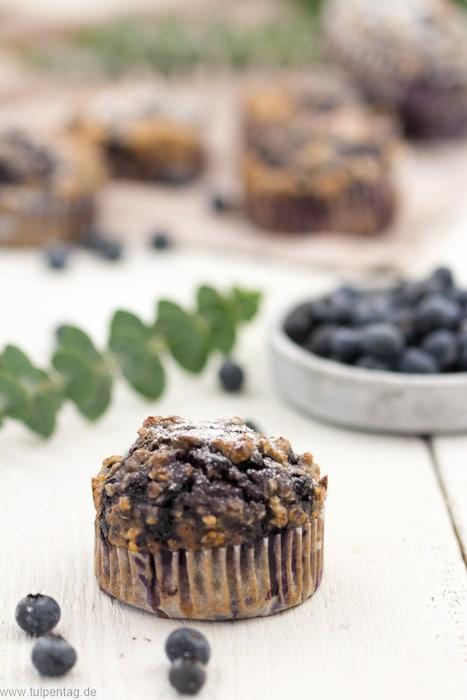 Gesunde Beerenmuffins mit Vollkornmehl und Buttermilch aus dem Köstlich Magazin. #wondermags #muffins #rezept #gesund #vollkorn
