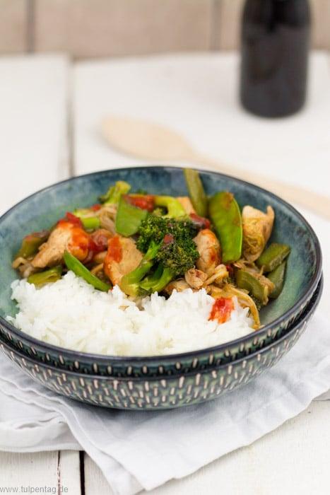 Hähnchen-Gemüse-Pfanne mit Reis. Fruchtig-scharfe Asia-Pfanne #schnell #feierabendküche #einfach #hähnchen #gemüse  #scharf #asiatisch #gesund #chinakohl