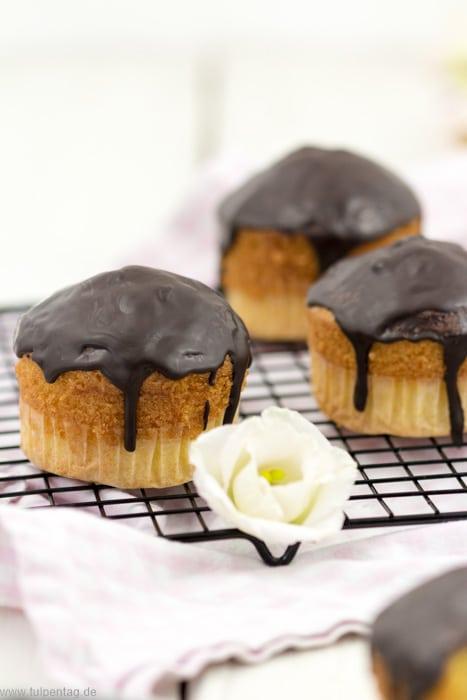 Schnelle und einfache Muffins mit Crème fraîche und Schokoglasur #Muffins #backen #schnell #einfach #rezept