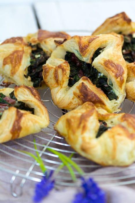 Blätterteig-Taschen mit Spinat, Feta und Schinken #schnell #einfach #bruch #brunchrezept #rezept #leicht #ostern #snack #herzhaft