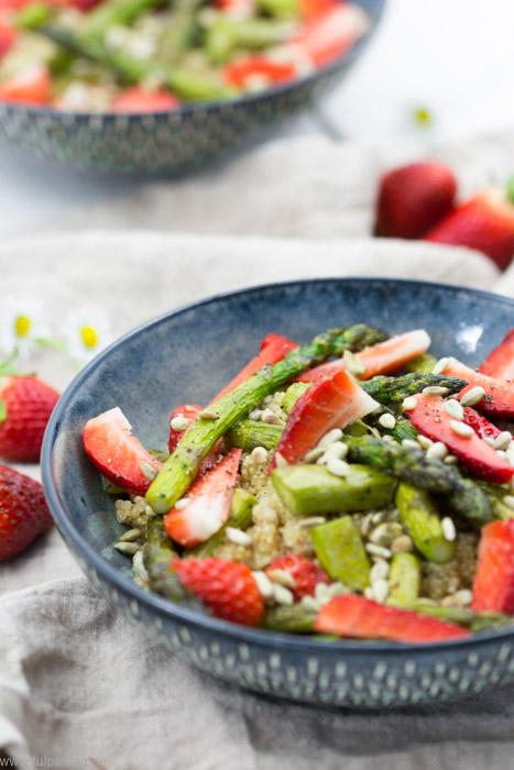 Rezept für vegetarischen Quinoa-Salat mit Erdbeeren und grünem Spargel. #salat #rezept #sommer #erdbeeren #spargel #dressing #quinoa