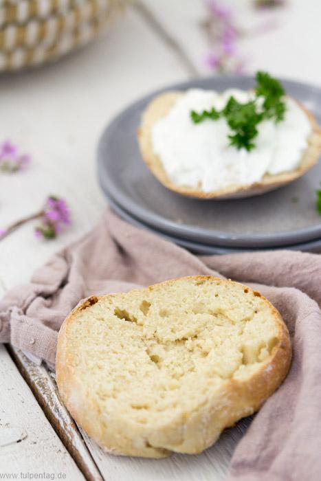 Schnelle Brötchen zum Frühstück in nur 30 Minuten mit Dinkelmehl und Joghurt. #rezept #einfach #schnell #brötchen