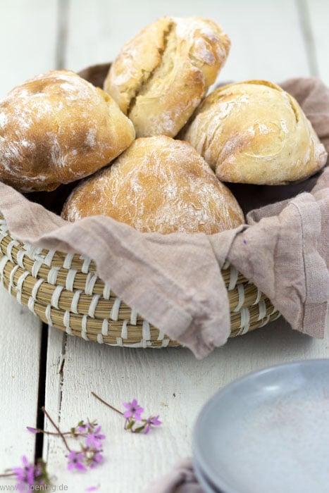 Schnelle Brötchen mit Dinkelmehl zum Frühstück in nur 30 Minuten mit Dinkelmehl und Joghurt. #rezept #einfach #schnell #brötchen