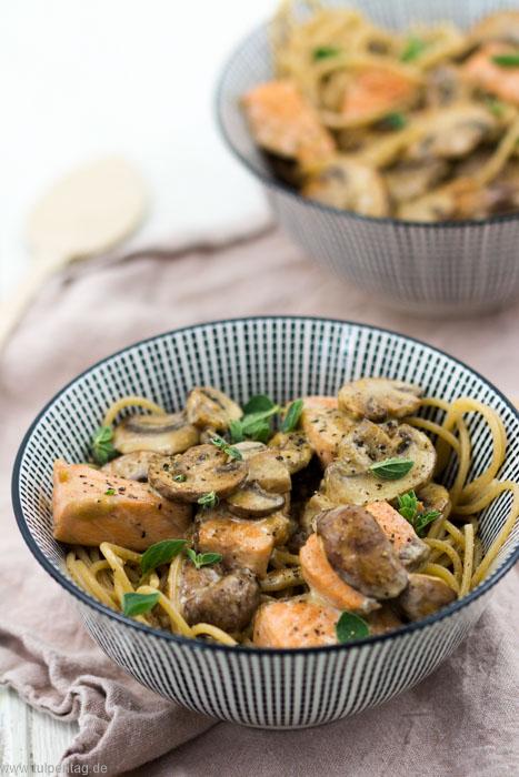 Spaghetti mit Lachs, Pilzen und Sahne. Ein Rezept mit Fisch in 15 Minuten. #fisch #lachsfilet #lachs #pasta #spaghetti #sahne