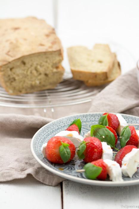 Balsamico-Erdbeer-Spieße mit Ziegenkäse und Basilikum #rezept #erdbeeren #balsamico #snack #sommer