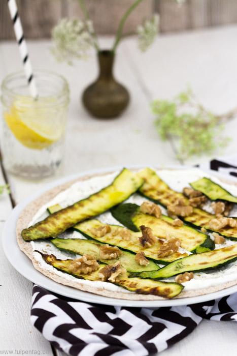 Schnelle Wraps mit gebratener Zucchini, Fetacreme und Walnüssen