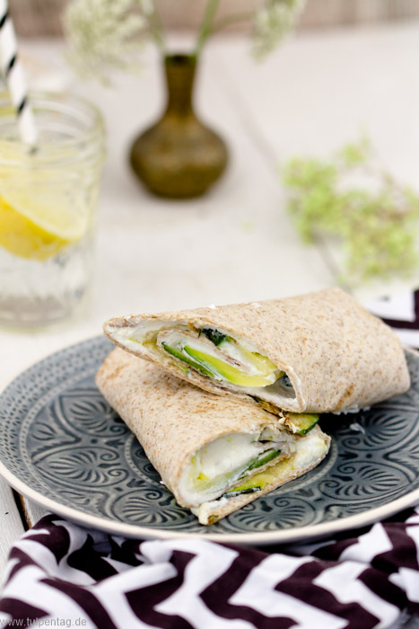 Schnelle Wraps mit gebratener Zucchini, Fetacreme und Walnüssen #rezept #vegetarisch #einfach #snack #zucchinischwemme