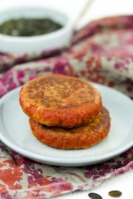 Vegetarischer Burger mit veganem Sojapatty. Mit Grillgemüse, Ziegenkäse und Kürbispüree. Schnell in 35 Minuten gemacht.