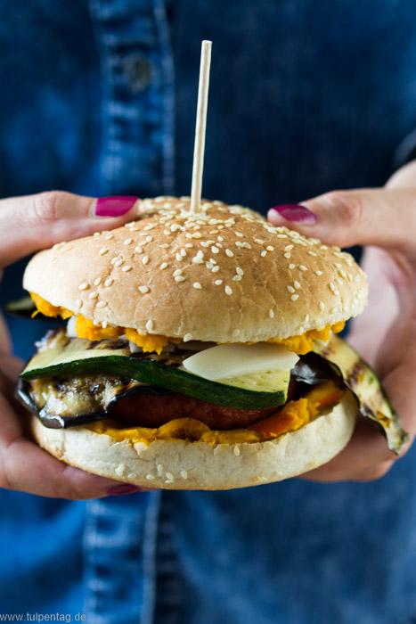 Vegetarische Burger mit veganen Bratlingen und Kürbis