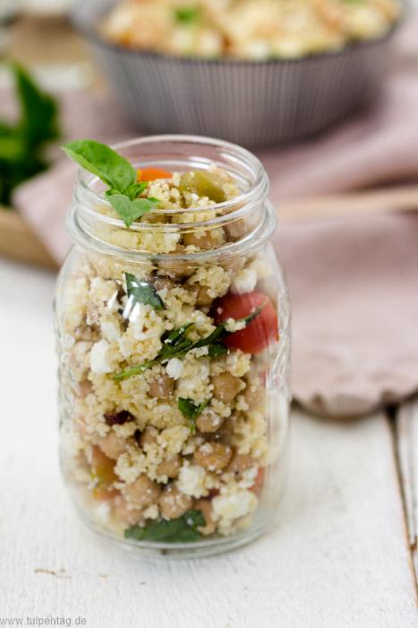 Mealprep Rezept für Couscous-Salat mit Feta, Kichererbsen, Oliven, Tomaten und Haselnüssen #schnell #einfach# vegetarisch