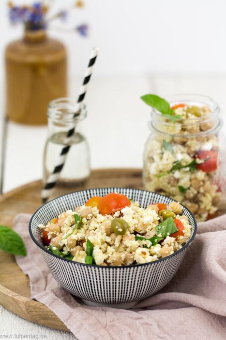 Rezept für Couscous-Salat mit Feta, Kichererbsen, Oliven, Tomaten und Haselnüssen #schnell #einfach# vegetarisch