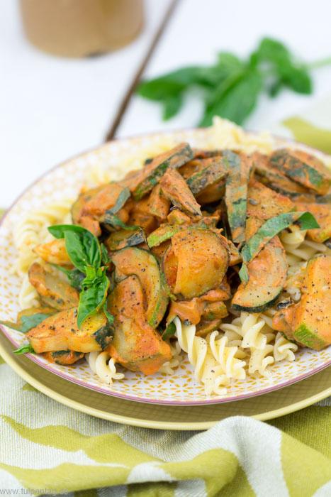 Schnelle und tomatige Zucchini-Pfanne mit Sahne, Parmesan und Nudeln #pasta #schnell #einfach #feierabendküche #rezeptideen #vegetarisch #fleischlos